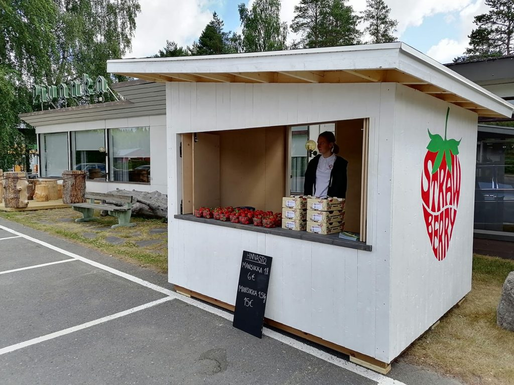 Astikkalan Marjatilan myyntikoju Pivangan pihassa.